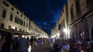 夜のプラツァ通り